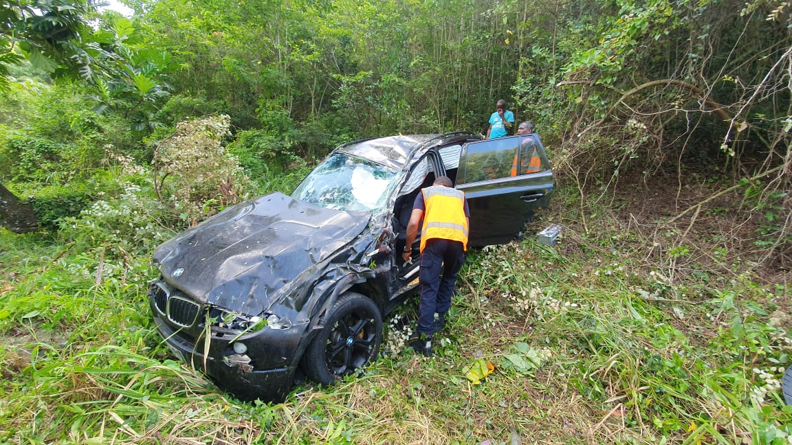 Un véhicule et son conducteur retrouvés dans un fossé au Gosier