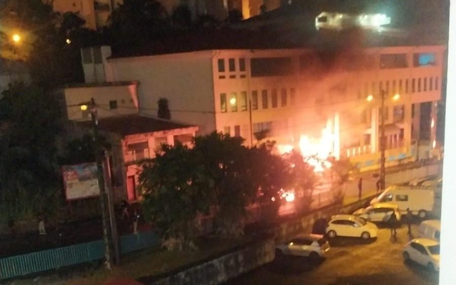Violents affrontements à Fort-de-France entre les forces de l'ordre et des manifestants contre les mesures sanitaires