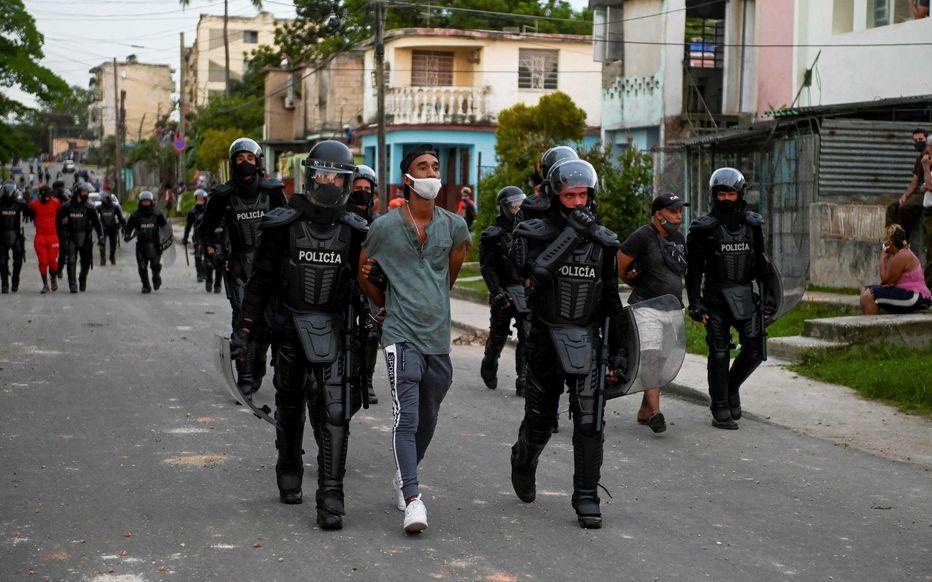 Manifestations à Cuba : plus de 100 personnes en détention, internet coupé, Raul Castro sort de sa retraite