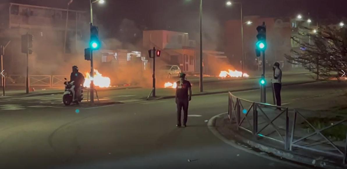 [VIDEO] Nouvelles scènes d'émeutes à Fort-de-France