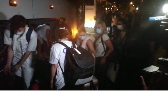 Syndicats et politiques s'indignent de l'accueil réservé aux renforts sanitaires à l'aéroport