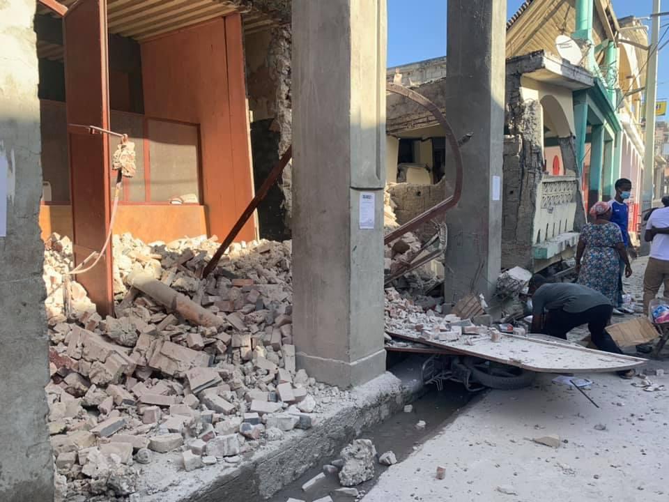 Séisme en Haïti : près de 1300 morts, 5700 blessés, et l'aide humanitaire s'organise