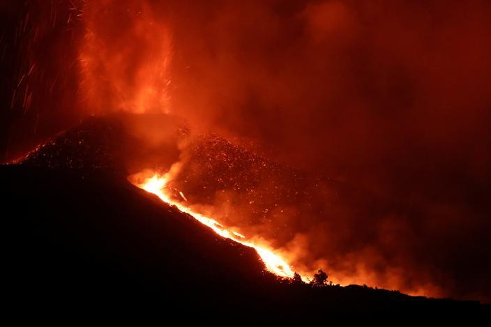 Eruption aux Canaries : l'aéroport de La Palma rouvre mais les vols restent suspendus