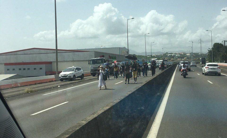 Des militants occupent l'autoroute : un policier blessé et trois manifestants interpellés