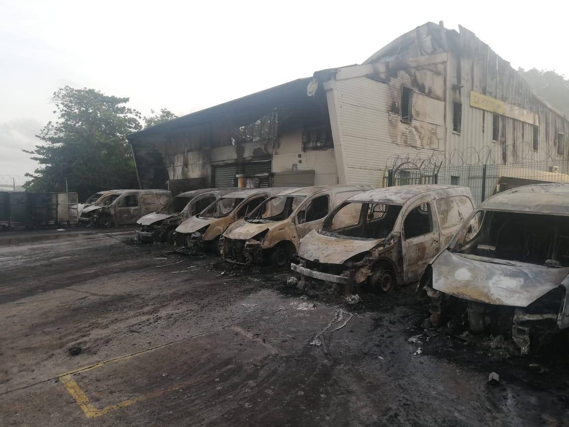 Le centre de tri de la Poste au Robert ravagé par un incendie