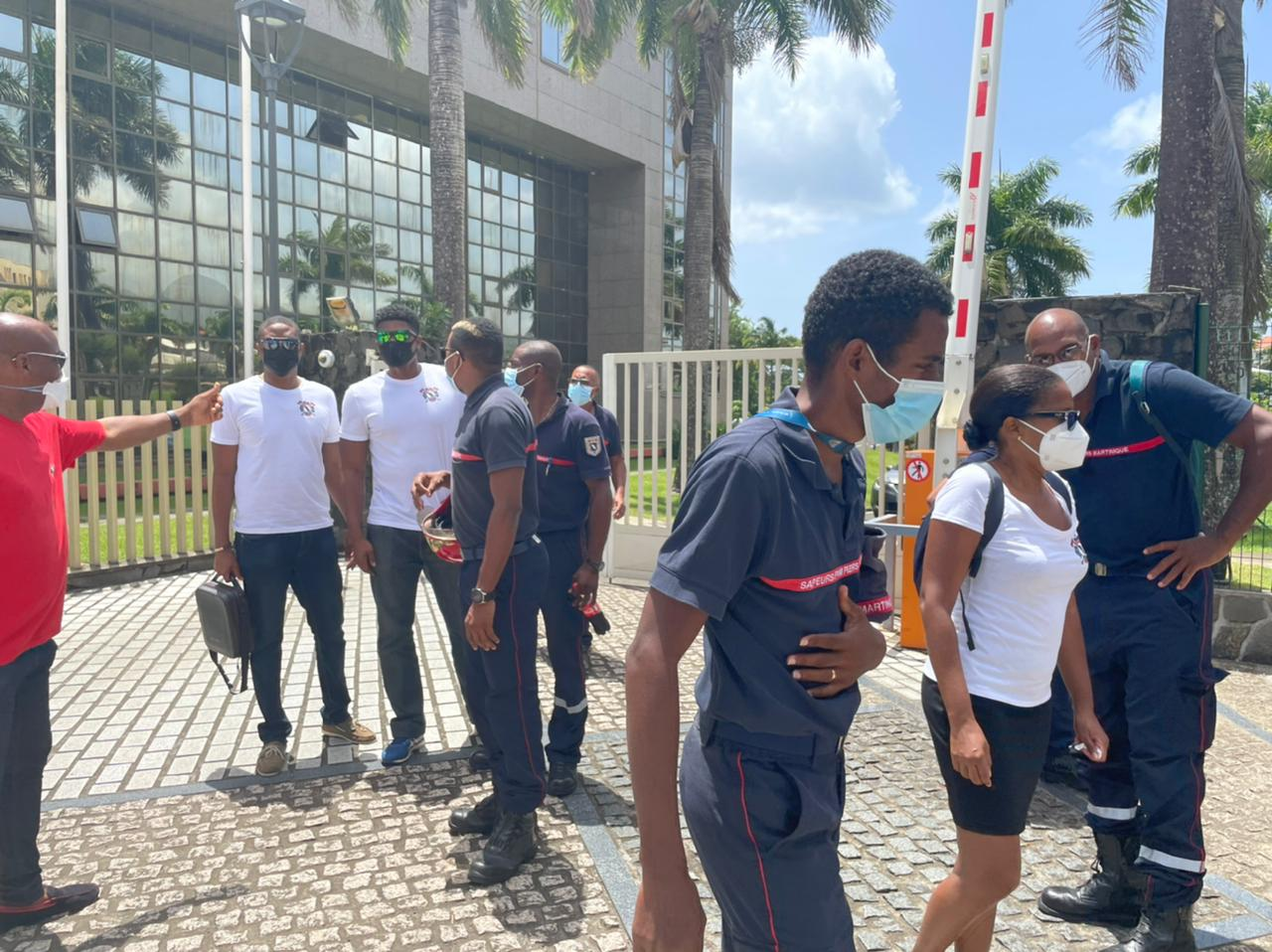 Des manifestants rassemblés devant la CTM pour dire leur opposition à l'obligation vaccinale