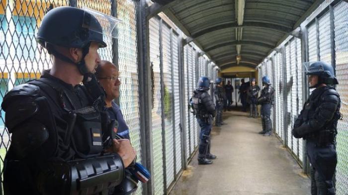 155 armes artisanales, 80 portables et de la drogue saisis à la prison de Baie-Mahault