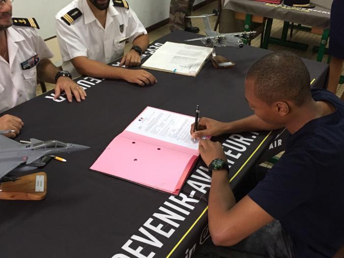 18 jeunes signent leurs contrats d'engagement dans l'armée