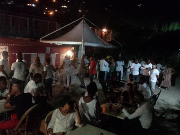 300 personnes vêtues de blanc pour parler des fêtes et évènements en Martinique