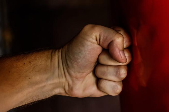 Accrochage sur la route : il roue de coups un homme âgé