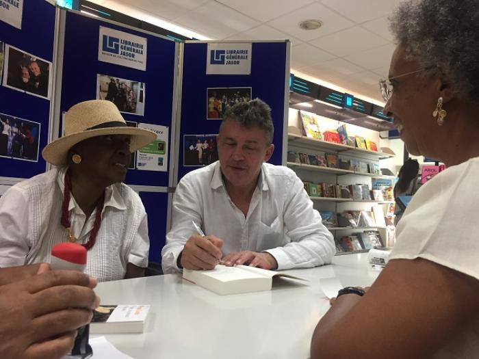 Bain de foule pour Maryse Condé à la Librairie Générale Jasor