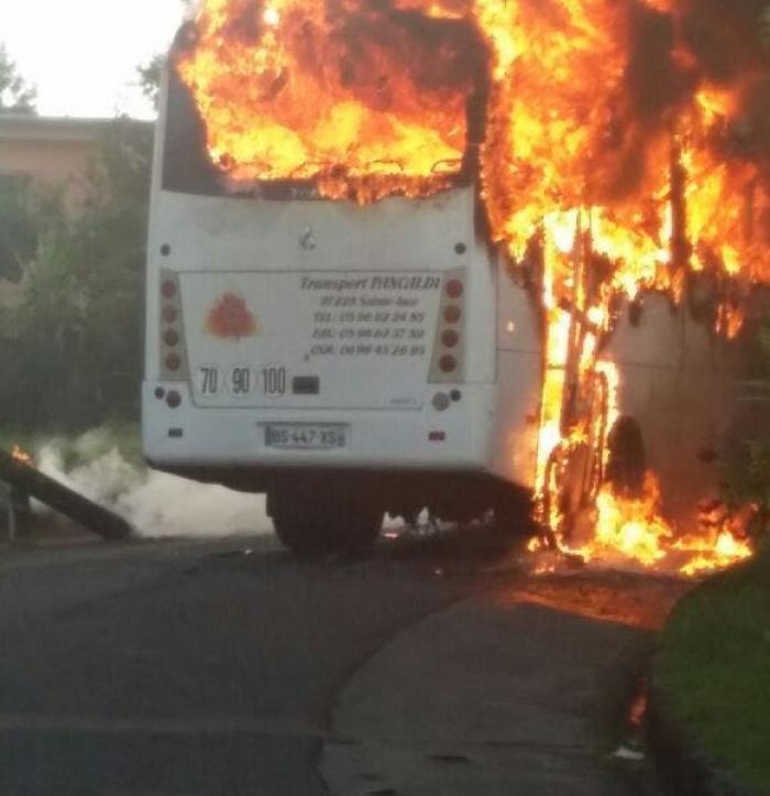Bus scolaire en flamme : aucune victime