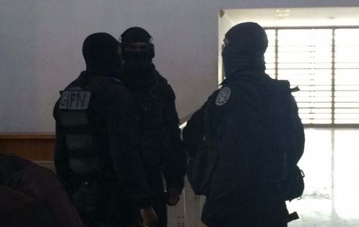 Confiné dans le box vitré, Kévin Doure se bat en pleine audience avec les gendarmes du GIGN