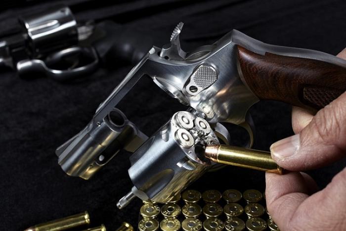 Contrôlé avec un 357 Magnum, il frappe les policiers