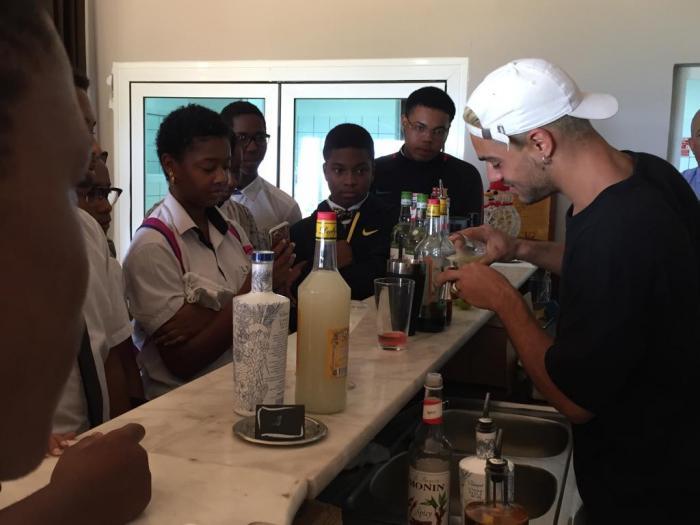 rencontres homme barman plus de 40 datant de Chicago