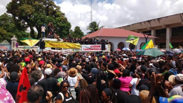 Des milliers de Guyanais dans les rues au second jour de la grève générale