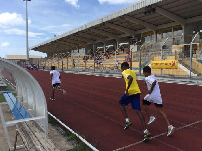 Des élèves courent dans le cadre du Téléthon