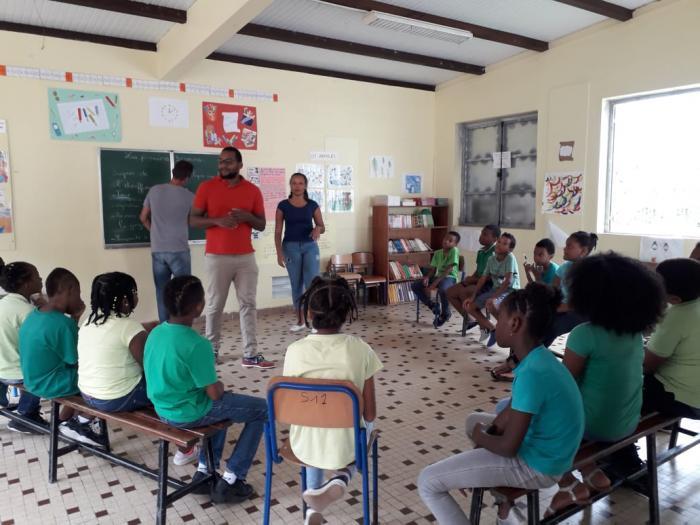 Des étudiants en soins infirmiers forment des écoliers en cours élémentaire aux gestes de premiers secours