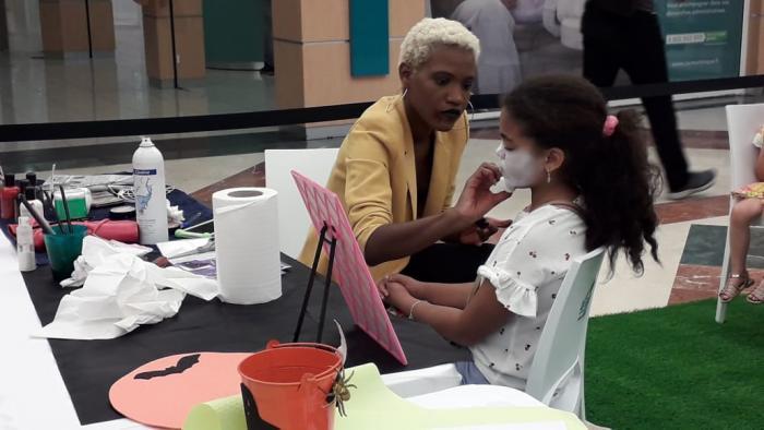 Des stands de maquillage à l'occasion d'Halloween