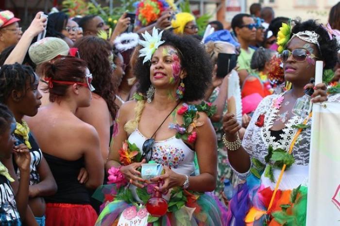 Des touristes ravis de découvrir le carnaval !