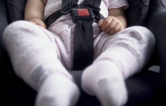 Deux bébés abandonnés dans une voiture