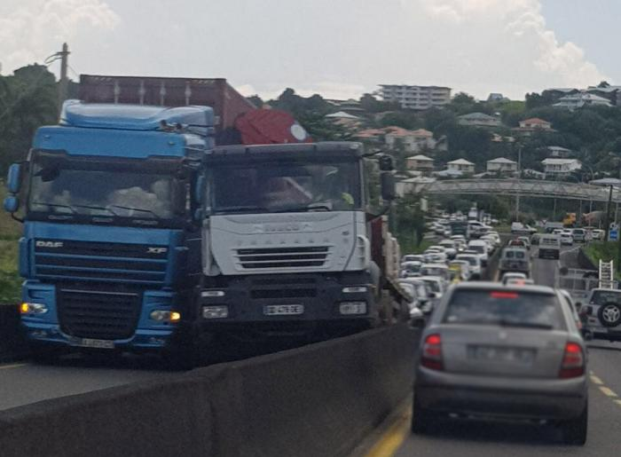 Deux camions coincés sur la RN1