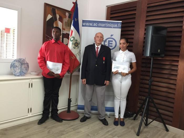 Deux élèves méritants reçoivent le prix de la légion d'honneur