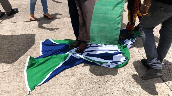 Dévoilement drapeau et hymne : des militants du Rouge-Vert-Noir retirent et piétinent le drapeau