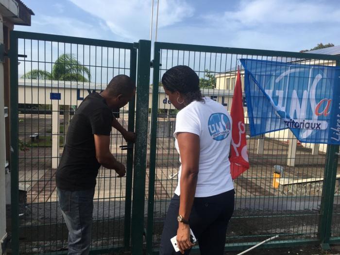 Echanges tendus entre un parent d'élève et des syndicalistes devant le lycée de Bellevue