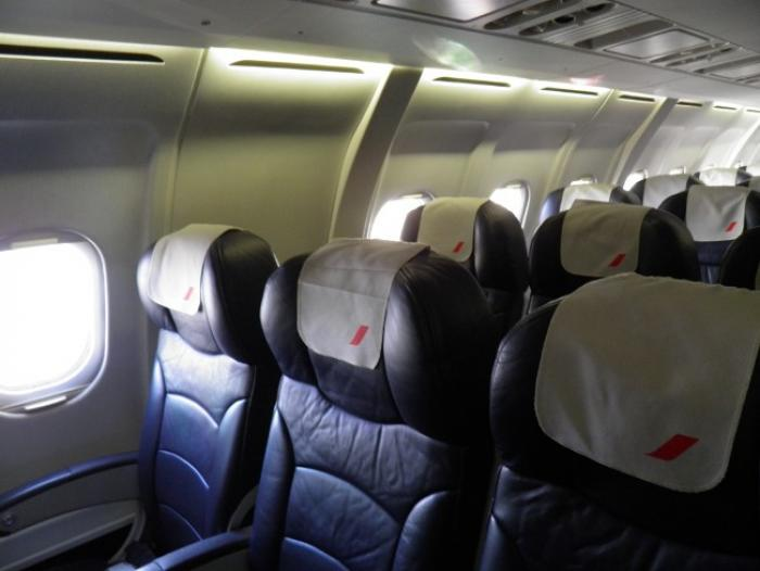 Elle tente d'ouvrir la porte d'un avion en plein vol, elle est incarcérée