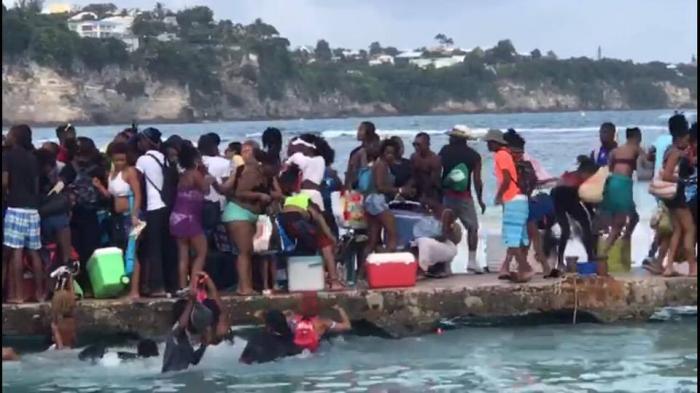 Enorme bousculade sur le ponton de l'îlet du Gosier