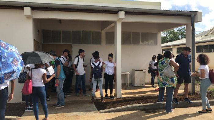Enseignants et parents d'élèves mobilisés au lycée Frantz Fanon à Trinité