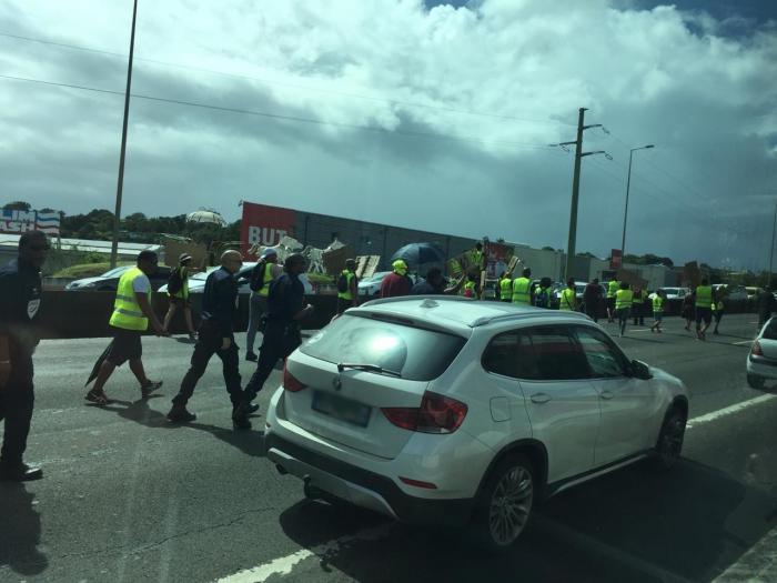 Gilets jaunes Martinique : les manifestants sur l'autoroute en direction de Fort-de-France