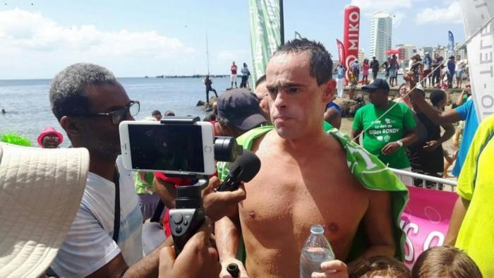 Gilles Rondy achève son tour de la Martinique à la nage