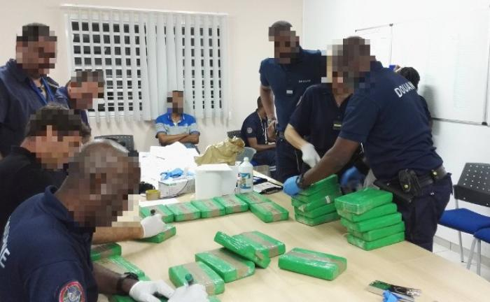 Huit cent kilos de cocaïne saisis dans des containers