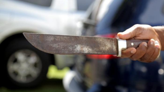 Il frappe au coutelas l'ex copine de son frère