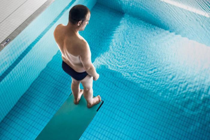 Il heurte le fond de la piscine après avoir sauté d'un étage