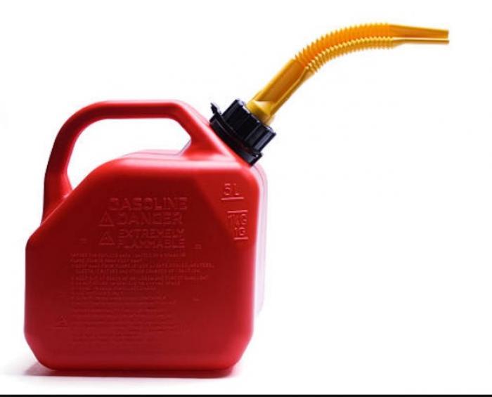 Il veut mettre de l'essence dans sa voiture, il se brûle grièvement