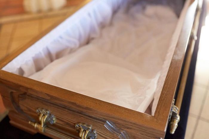 Il viole un corps dans un cimetière
