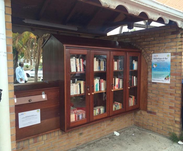 Inauguration de la première bibliothèque de rue à Schoelcher