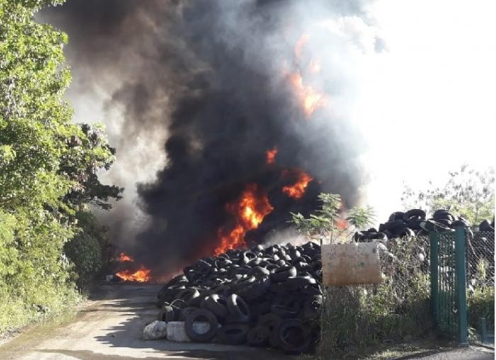 Incendie dans un important stock de pneus usés à Folle Anse