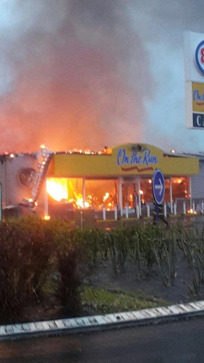 Incendie à la boutique de la station essence On The Run au Moule