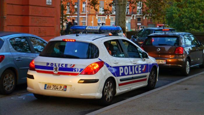 """""""Je n'ai fait que mon travail"""" : un policier sauve une jeune femme à Paris"""