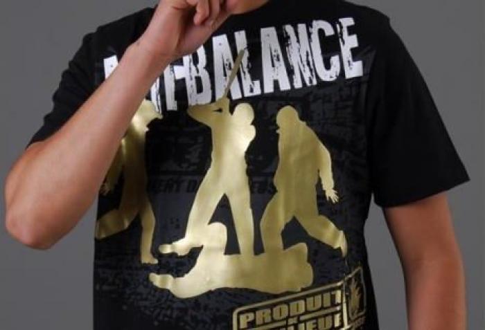 Jugé pour agression, il arbore un tee shirt violent