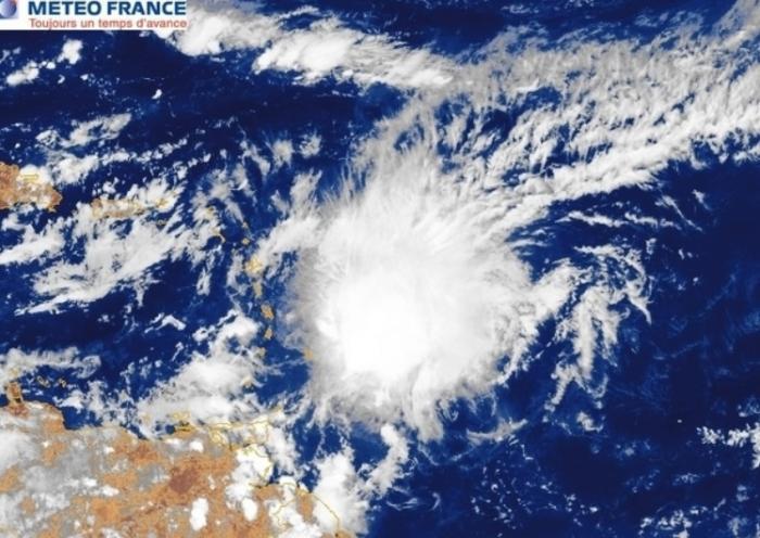 """Kirk : la Guadeloupe passe en vigilance orange """"Pluies et Orages », « Mer dangereuse à la côte » et « Vents violents »"""