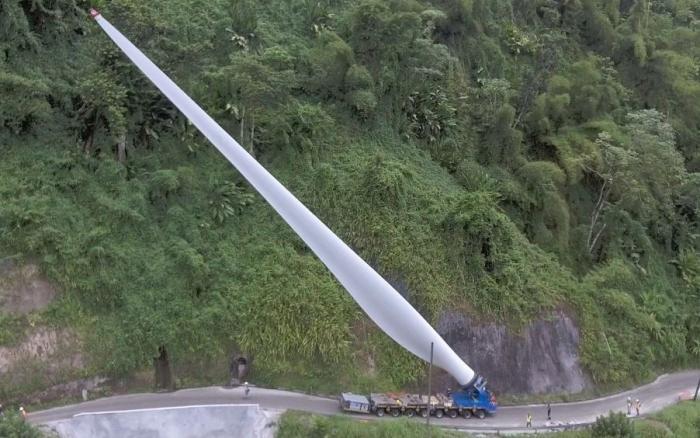 L'image du jour : l'arrivée de la première pale d'éolienne à Grand Rivière