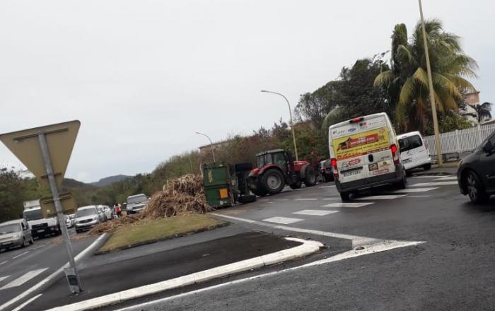La benne d'un tracteur transportant de la canne à sucre s'est renversée à Trois-Rivières