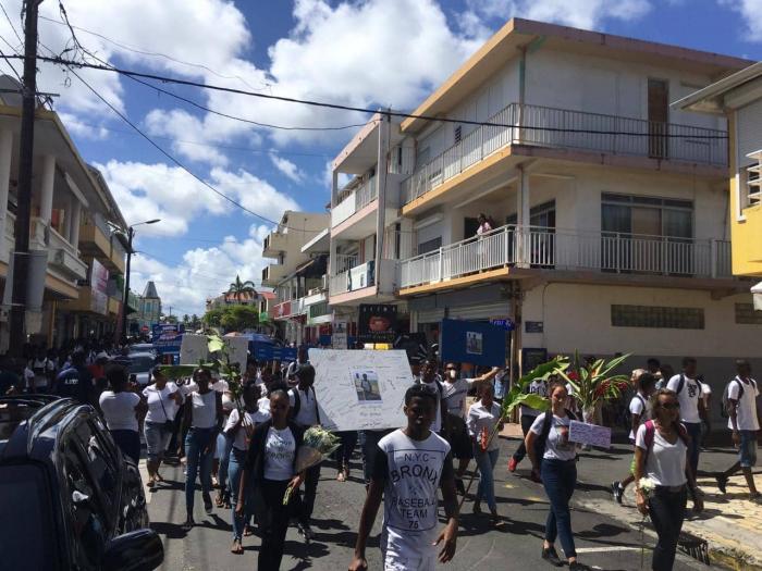 La marche blanche pour le lycéen tué au Moule