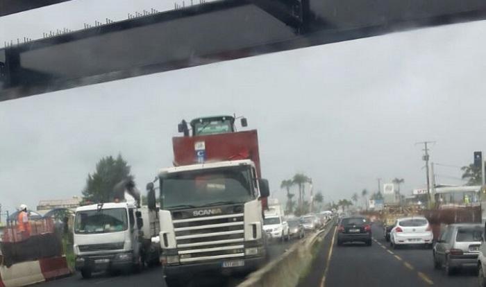 Lamentin(972) : un camion bloqué devant  la nouvelle passerelle !