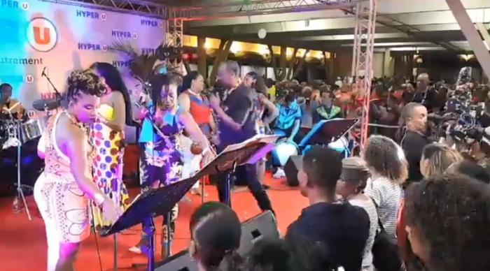 Le chanté Noël sur le parking du centre commercial La Galleria en vidéo live